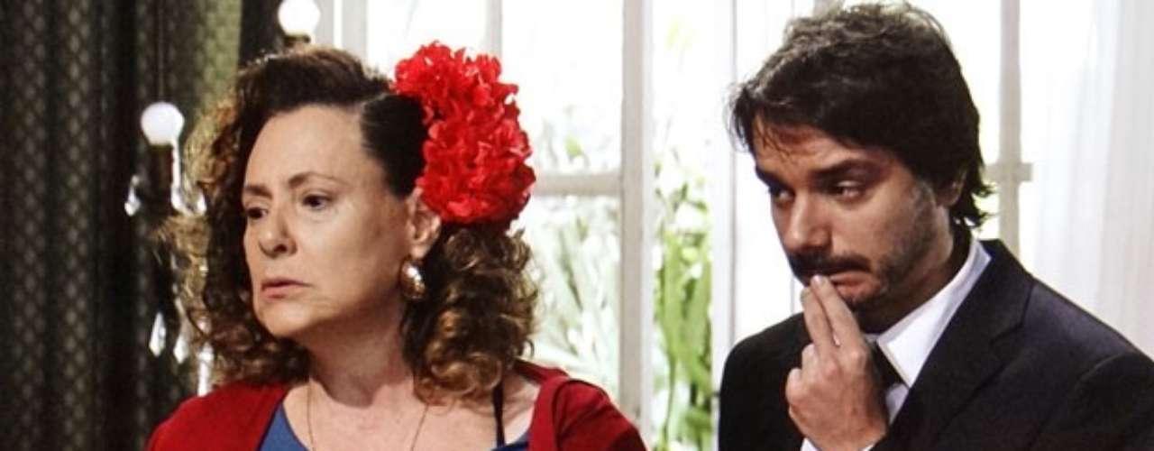 Depois de reconhecer Pilar (Susana Vieira) de algum lugar, a ex-chacrete também desconfia que já viu Gigi (Françoise Forton). Tudo começa quando Márcia vai à casa da ex-mulher de Atílio (Luis Melo) para encontrá-lo. A ex-chacrete é desprezada por Gigi até suspeitar que já a viu em algum lugar. Espera aí, eu não te conheço?, pergunta. A ex-mulher de Atílio fica tensa e muda de assunto