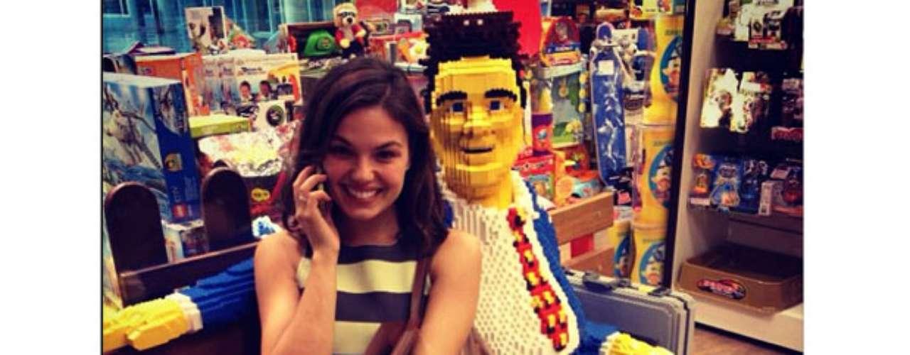 Em clima descontraído, Isis Valverde publicou uma foto no Instagram nesta segunda-feira (2) em que aparece com top cropped listrado em branco e preto, saia preta longa e bolsa marrom de couro. O look confortável é complementado com anéis bem delicados.A atriz aparece sorridentesentada ao ladode um boneco feito de LEGO. \