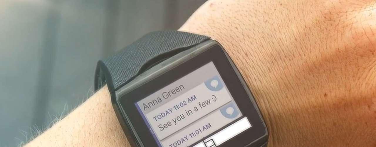 Qualcomm Toq - relógio inteligente permite receber notificações de e-mails e mensagens, além de fazer ligações e ouvir músicas, entre outras funções, a partir de conexão Bluetooth com o celular. A bateria do aparelho \