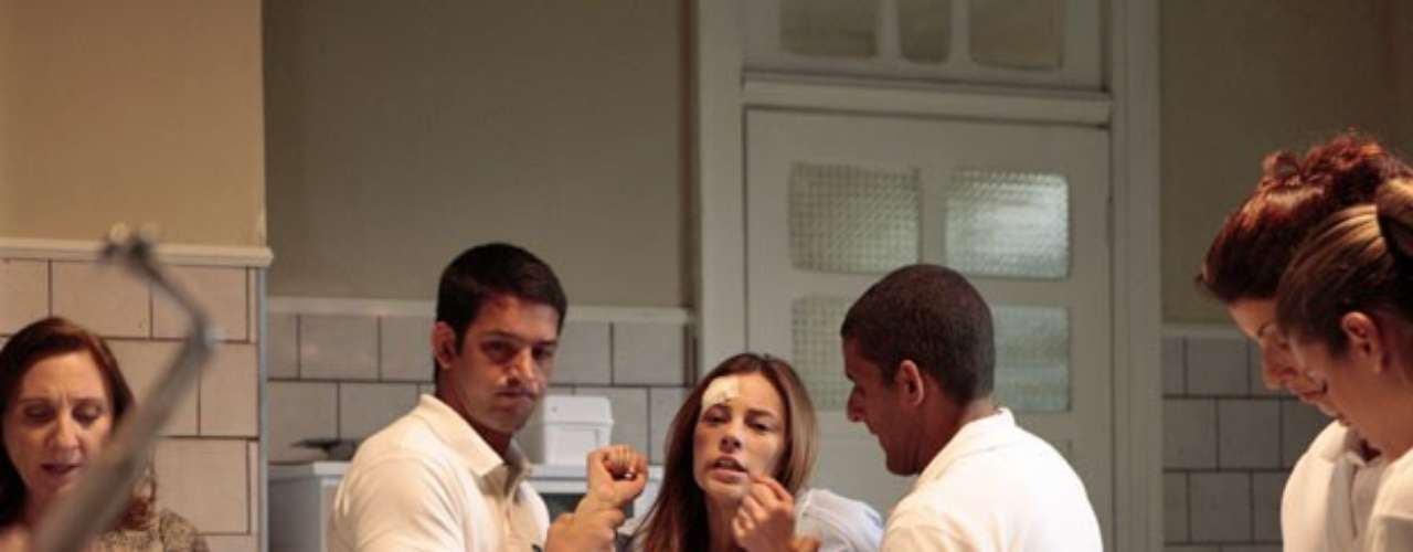 Na clinica que está internada, Paloma (Paolla Oliveira) é levada para uma sessão de tratamento
