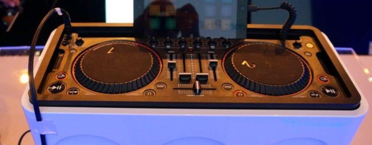Philips M1X-DJ - dock para iPad foi criado em parceria com o DJ Armin Van Vurren e tem app de mixagem em tempo real, com controle e graves reforçados. Chega ao mercado europeu no primeiro semestre de 2014