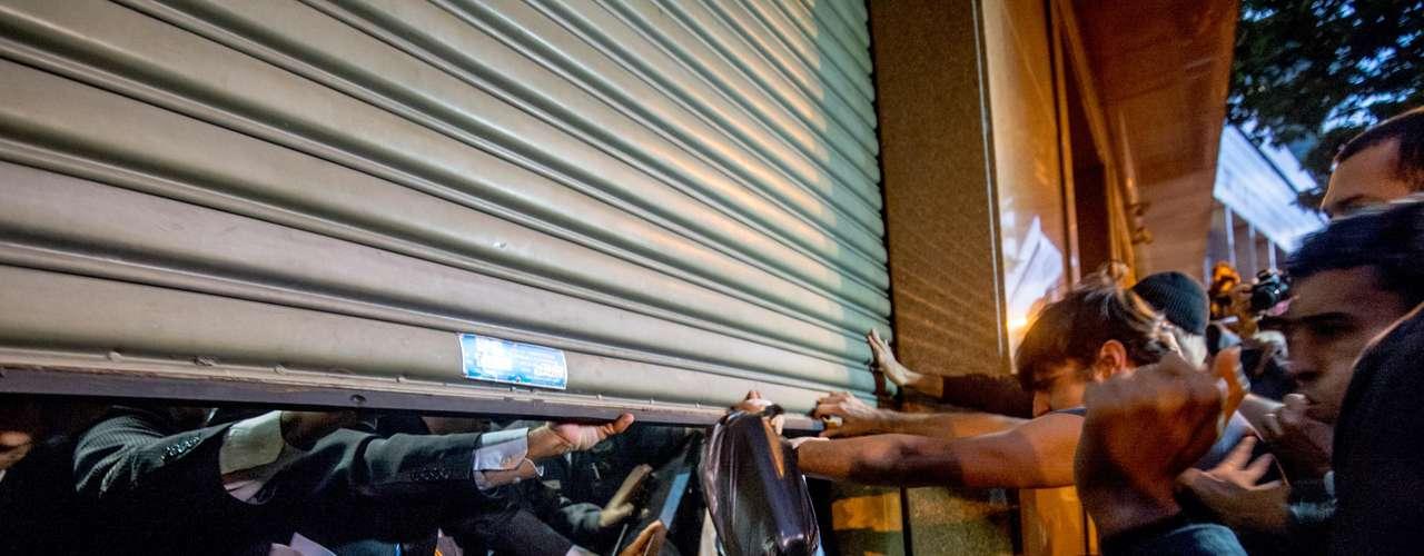 6 de setembro -Manifestantes chutam policiais e seguranças durante protesto no prédio do Tribunal de Justiça do Rio de Janeiro