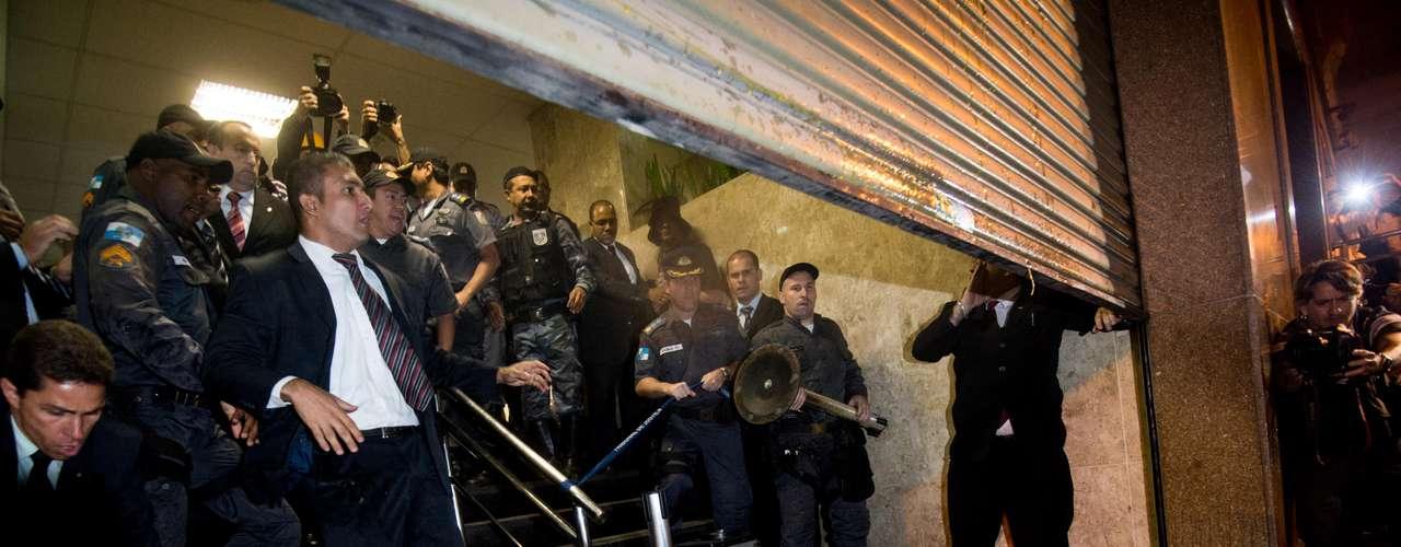 6 de setembro -Uma lixeira foi atirada durante o conflito no prédio do Tribunal de Justiça do Rio de Janeiro