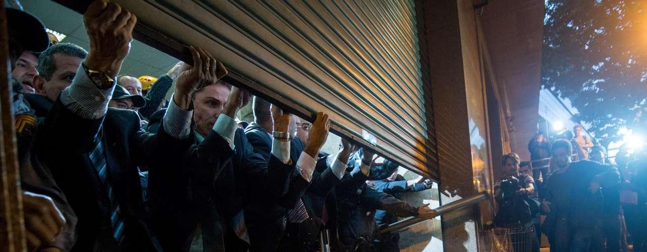6 de setembro -Ovos e vários objetos foram lançados contra o prédio do Tribunal de Justiça do Rio de Janeiro