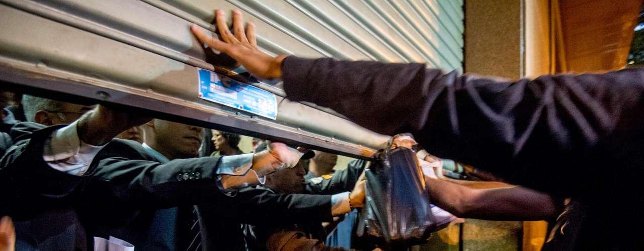 6 de setembro -Manifestantes do movimento Black Bloc realizaram um protesto no prédio do Tribunal de Justiça do Rio de Janeiro contra a prisão de três pessoas ligadas ao grupo