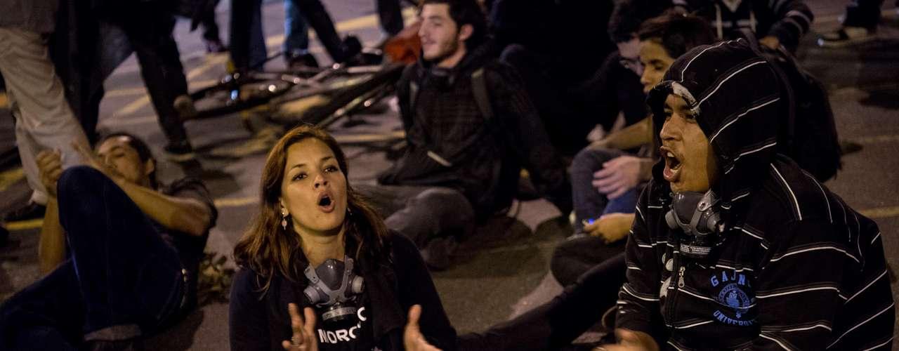 6 de setembro -Manifestantes sentam na rua e interditam o trânsito no centro do Rio de Janeiro