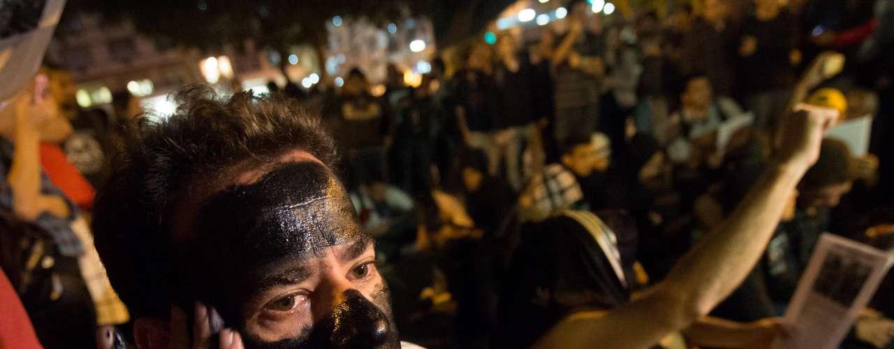 6 de setembro -Manifestante pinta o rosto de preto em protesto contra prisão de membros do Black Bloc