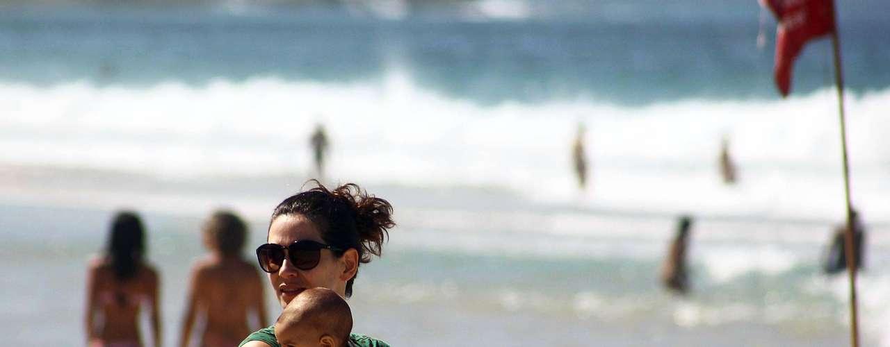 8 de setembro - Mulher leva bebê à praia de Ipanema, no Rio de Janeiro