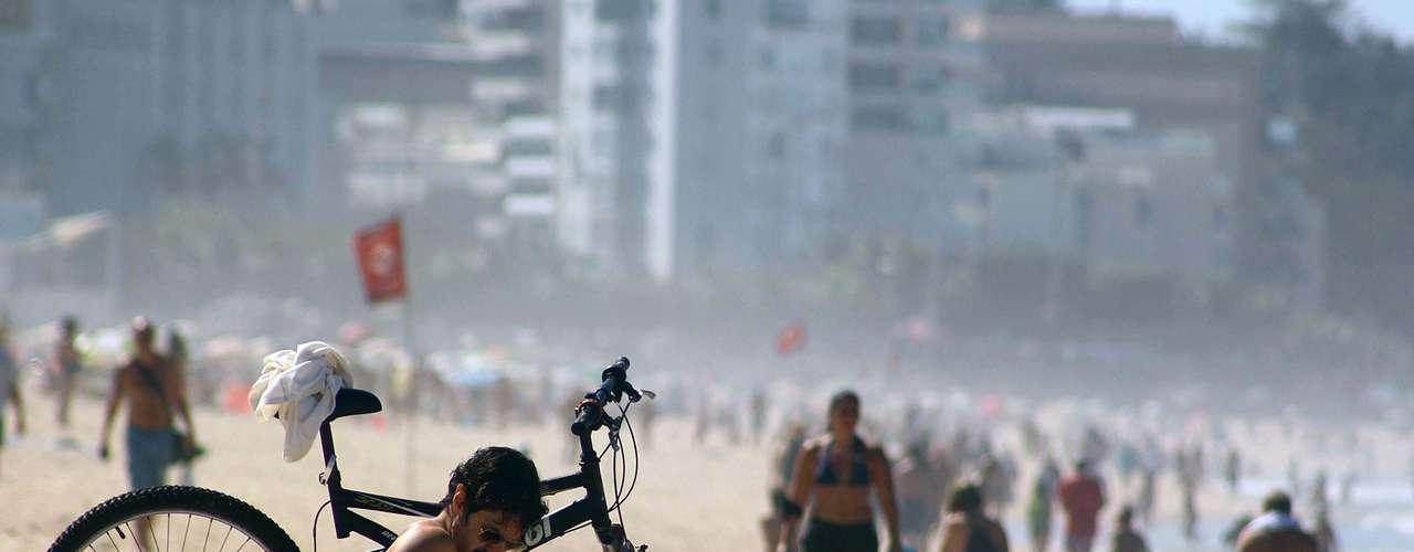 8 de setembro - Homem descansa na areia da praia no Rio de Janeiro