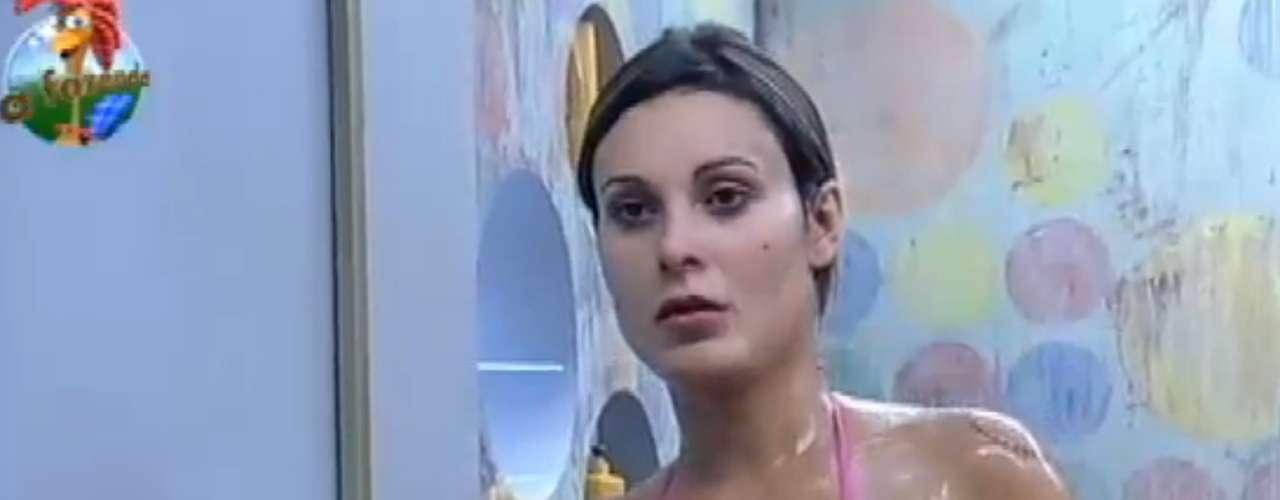 Com biquíni estampado, Andressa Urach se refrescou durante banho