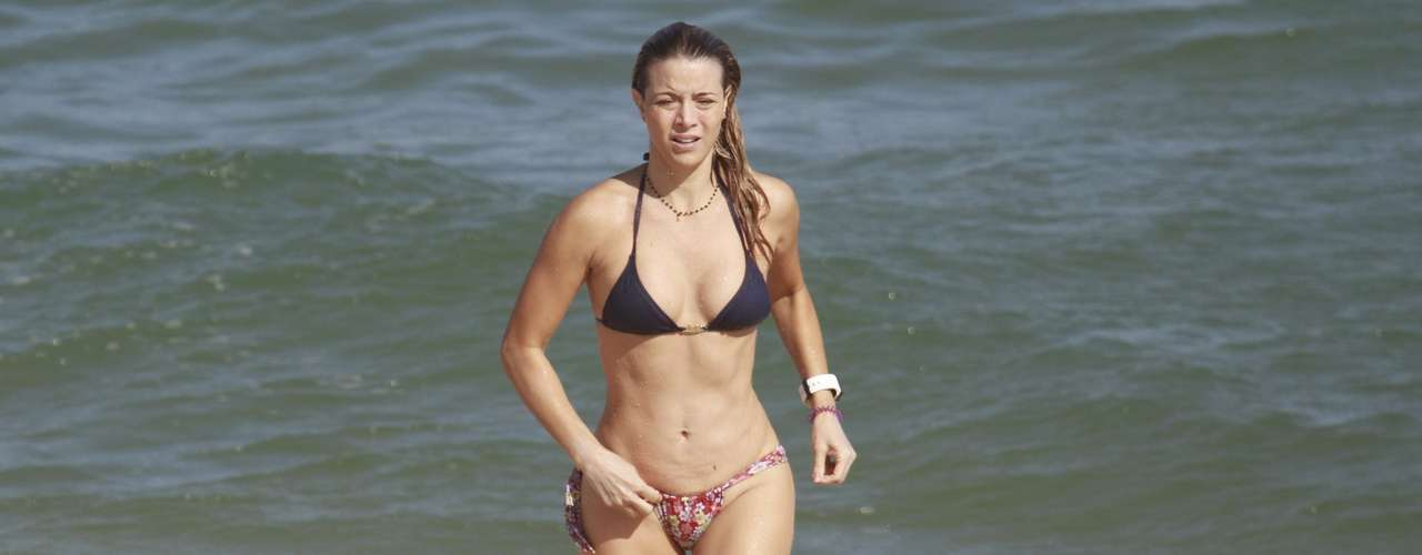 Junho 2013-Christine Fernandes, 45 anos, aproveitou o sol no dia 12 de junhopara curtir uma praia na Barra da Tijuca, na zona oeste do Rio de Janeiro. De biquíni, a atriz exibiu boa forma enquanto nadava e relaxava com amigas na areia