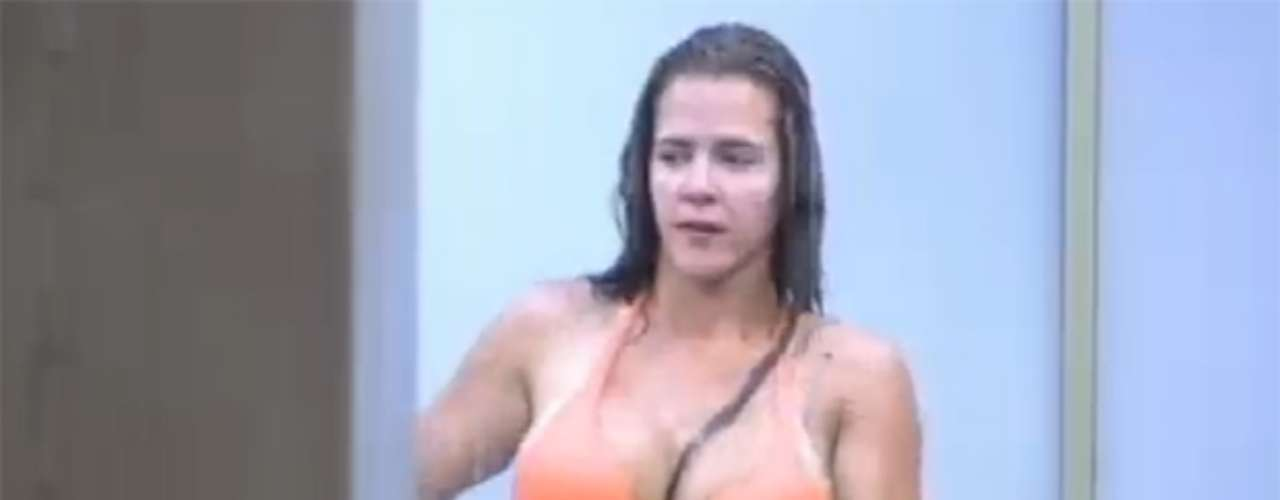 Antes de disputarem a Roça deste domingo (15), Denise Rocha e Bárbara Evans tomaram um banho relaxante. As duas exibiram as curvas e a Furacão da CPI ainda deixou à mostra suas tatuagens