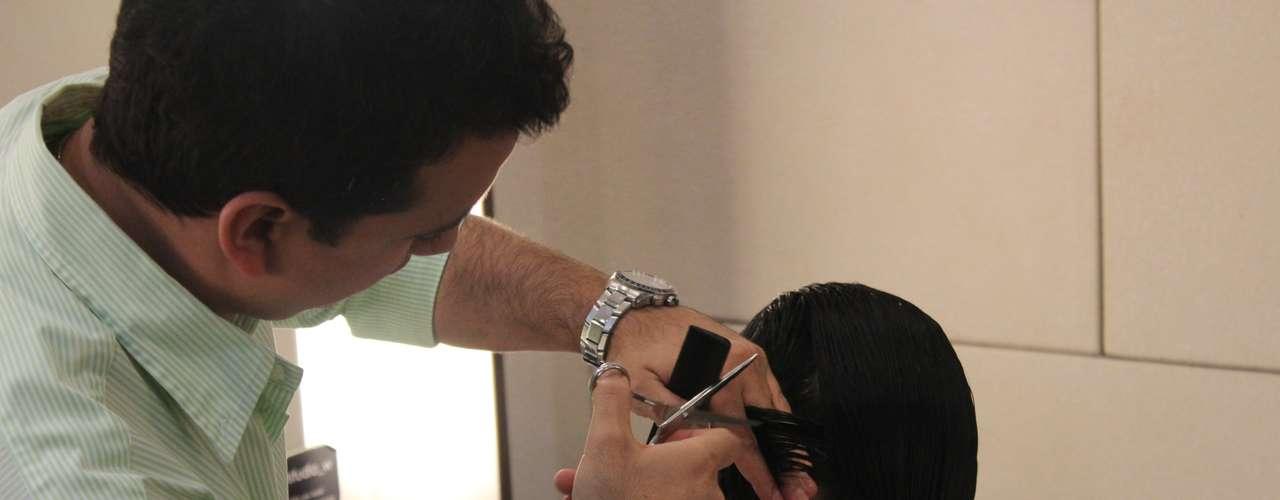 """""""O chanel desfiado é uma boa opção para quem tem alisamento no cabelo. Ele deve ser cortado com tesoura e émelhor evitar repicar e também deixar camadas"""", explicou o cabeleireiro"""