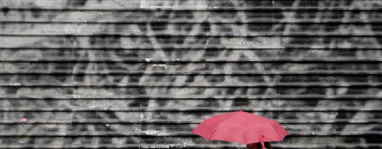 17 de setembro - A cidade amanheceu sob chuva nesta terça-feira, o que acarretou em problemas no trânsito e no transporte público