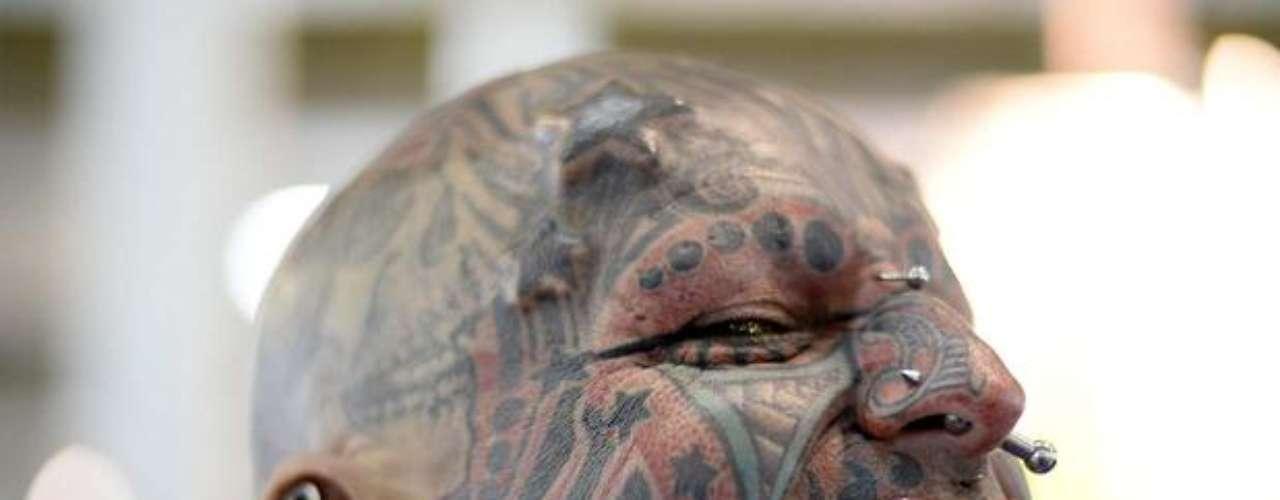 Homem mostra rosto coberto por desenhos na Tattoo Week 2013 e exibe outros tipos de transformação corporal como alargamento das orelhas, língua partida e implante na testa