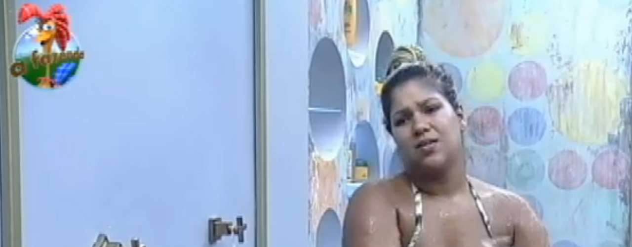 Yani cantou enquato tomava banho com um biquíni minúsculo