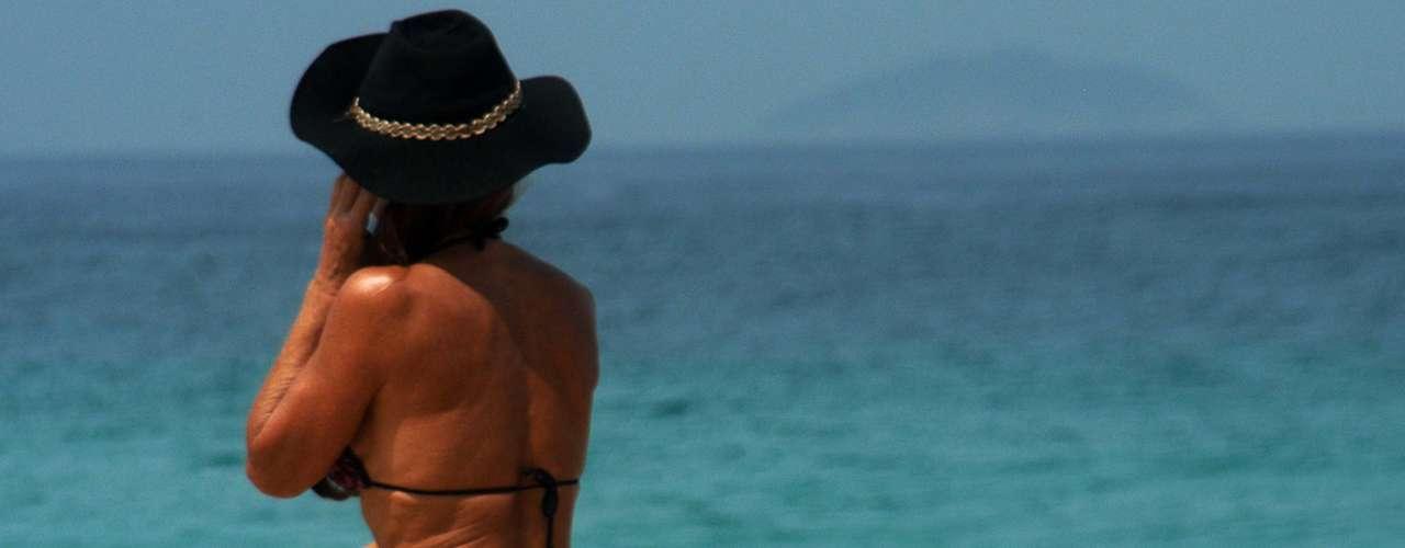 17 de setembro - Banhistas aproveitam dia de sol na praia, no Rio de Janeiro