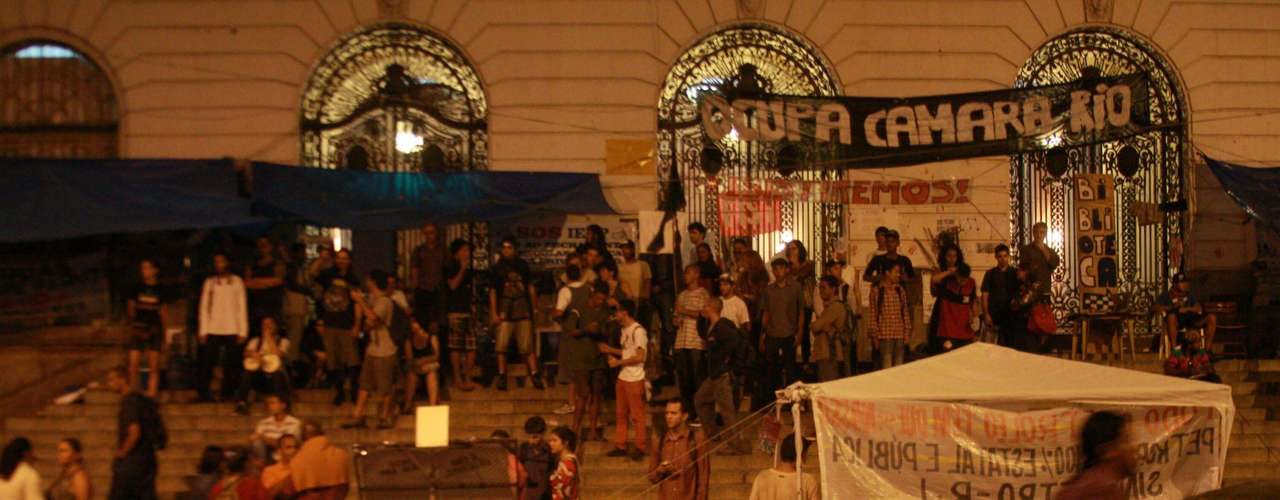 18 de setembro - Integrantes do grupo Black Bloc e outros manifestantes protestam em frente à Câmara dos Vereadores do Rio de Janeiro (RJ)