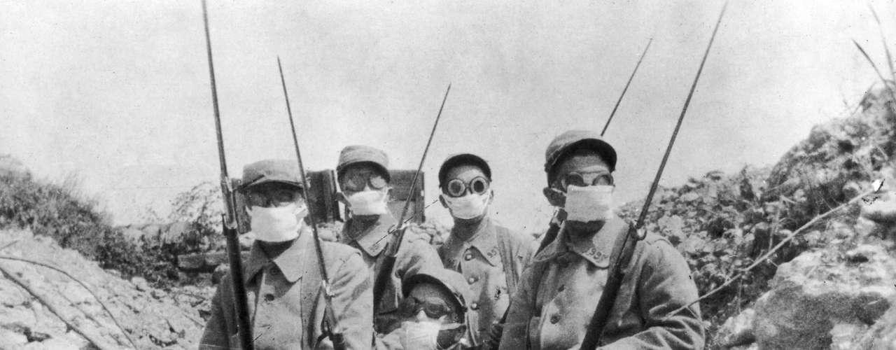 1915: tropa francesa usa versão primitiva de máscaras contra gás durante a Batalha de Ypres