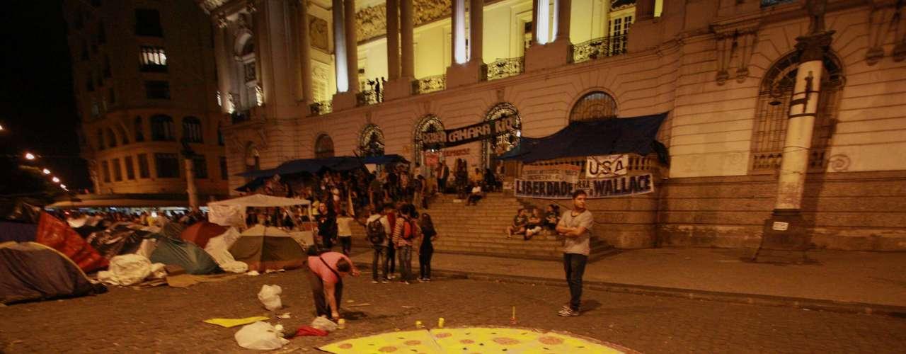 18 de setembro -  Manifestantes estendem cartaz gigante em forma de pizza em frente à Câmara dos Vereadores do Rio de Janeiro (RJ)