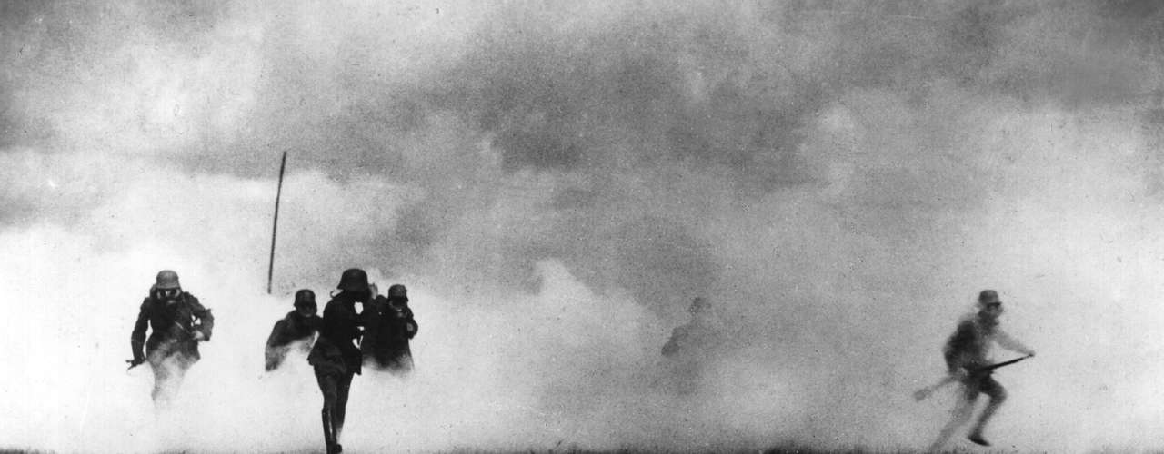 Oficial alemão aproveita cortina de gás para avançar com sua tropa em direção à trincheira inglesa