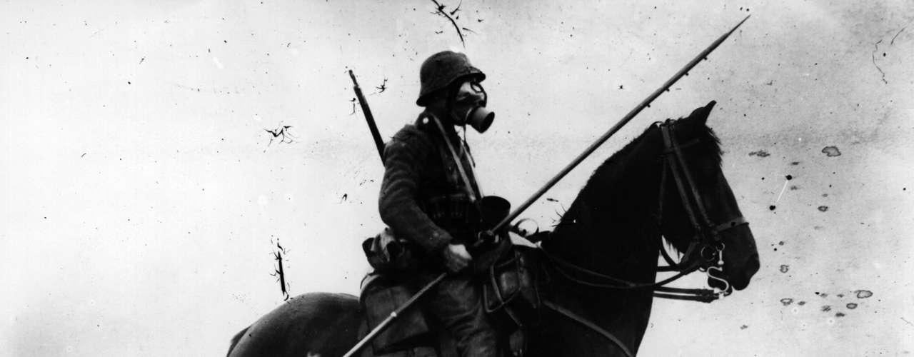 1917: cavaleiro alemão usando máscara de gás