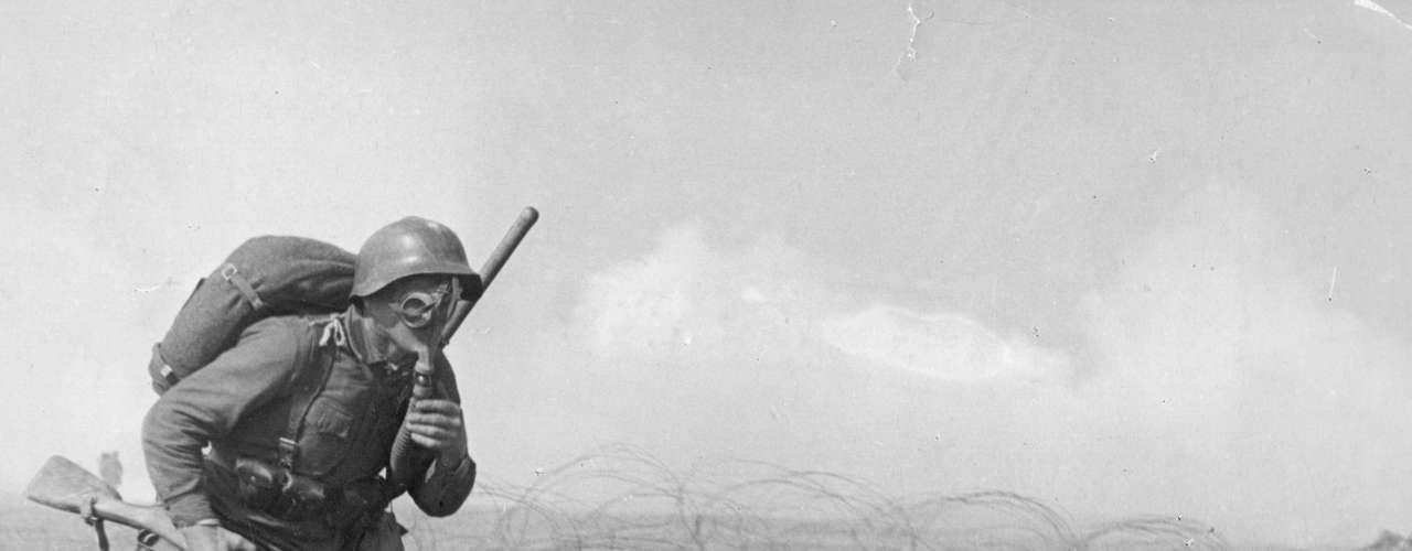 1918: equipado contra gases venenosos, soldado russo avança no campo de batalha