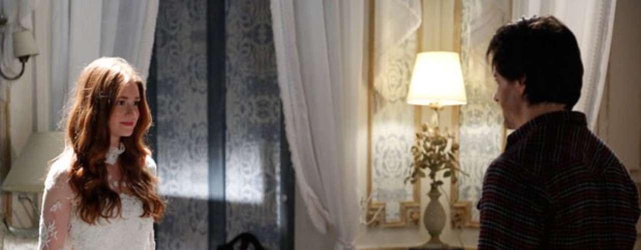 Thales (Ricarto Tozzi) chama por Nicole (Marina Ruy Barbosa) e ela aparece para ele