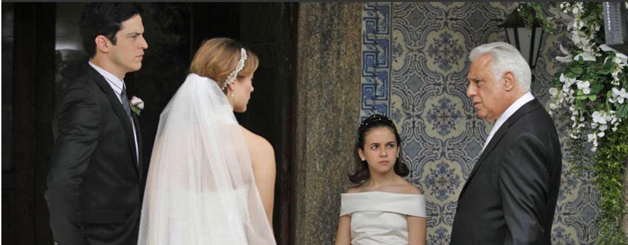 Apesar das tensões entre Félix (Mateus Solano), César (Antonio Fagundes), Pilar (Susana Vieira) e Aline (Vanessa Giácomo), Bruno (Malvino Salvador) e Paloma (Paolla Oliveira) se casam