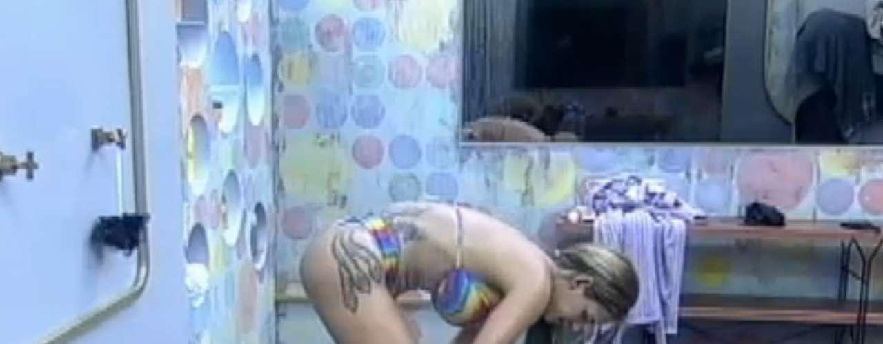 Denise Rocha mostrou os atributos que inspiraram o apelido de Furacão da CPI. Na tarde desta sexta-feira (20), a advogada exibiu boa forma e também suas várias tatuagens espalhadas pelo corpo enquanto tomava banho