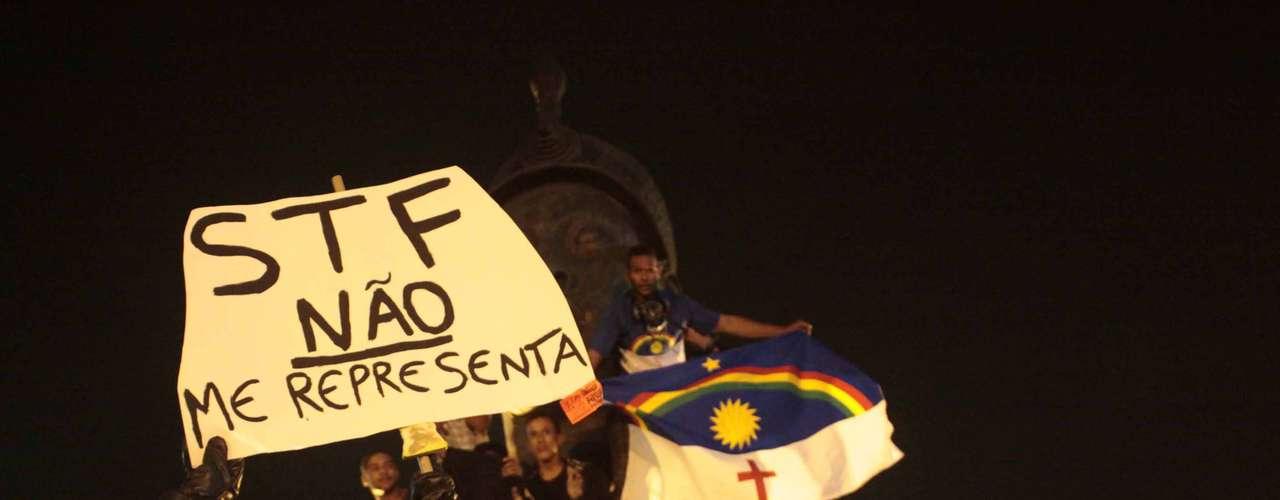 19 de setembro -  Manifestantes realizam protesto contra a decisão do julgamento do mensalão, no centro do Rio de Janeiro