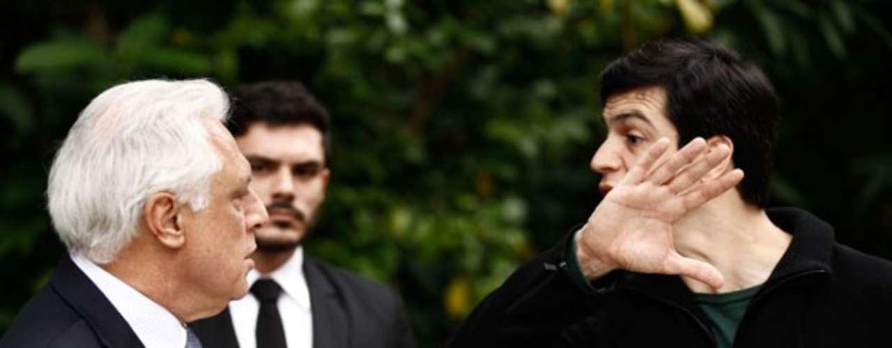 Depois de pedir a separação e sair de casa, César (Antonio Fagundes) volta à mansão e é recepcionado por Félix (Mateus Solano). O vilão não perde tempo em contar as novidades para o pai: você está proibido de entrar em casa. Lamento, mas esta não é mais sua casa. Você se separou da mamãe. E eu, como filho fiel, acho que você não tem mais direito de pisar nesta casa. O médico retruca e afirma que pode entrar em casa sempre que quiser. Ele, então, tenta avançar à força para falar com Pilar (Susana Vieira), mas Maciel (Kiko Pissolato) intervém e diz que a patroa não está. Antes de ir embora, César ainda fala para Félix que o despreza profundamente, deixando o filho arrasado