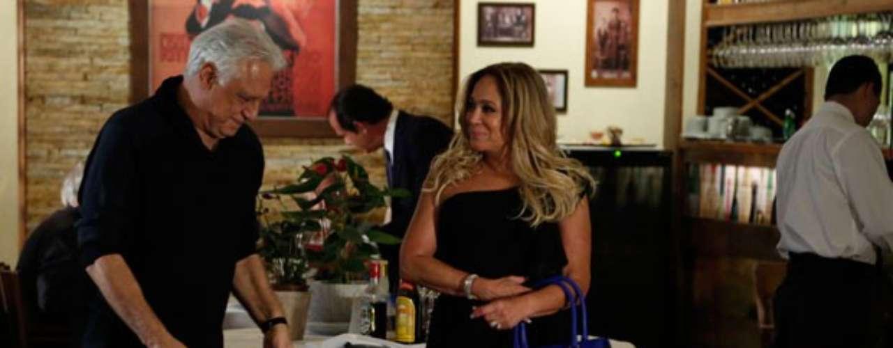 César (Antonio Fagundes) não conta para Aline (Vanessa Giácomo) que vai se encontrar com Pilar (Suzana Vieira). O médico e a ex-mulher tem uma conversa em um restaurente de luxo