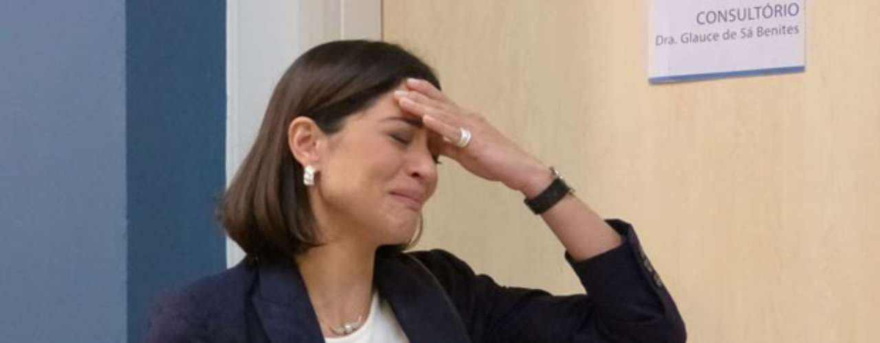 Silvia (Carol Castro) chora ao descobrir que tem câncer de mama e terá que retirar o seio