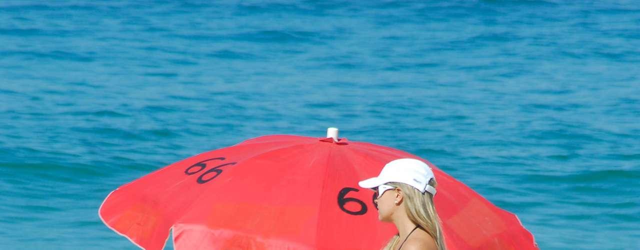 22 de setembro - No último dia do inverno, banhista aproveitou o sol de Ipanema para curtir a praia da zona sul do Rio de Janeiro. A máxima para a capital fluminense neste domingo é de 33 °C, segundo a Climatempo
