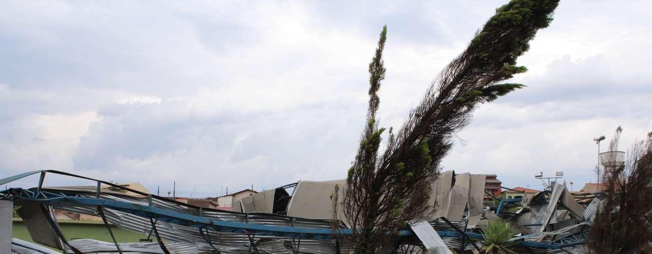 23 de setembro - Vendaval provocado por tornado destelhou diversos imóveis e deixou dois mortos em Taquarituba