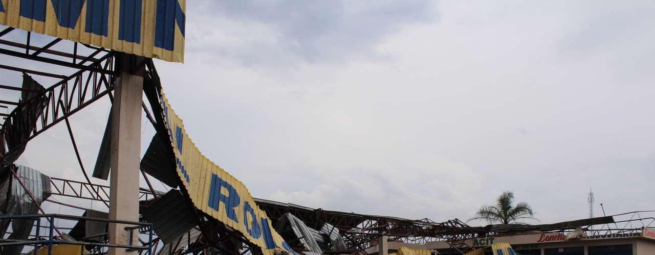 23 de setembro - Moradores observam destruição provocada por tornado