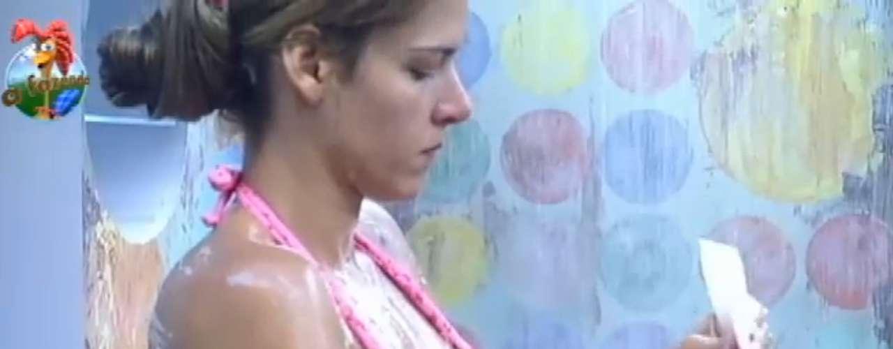 Na reta final de A Fazenda, Denise mostrou que está em forma durante o banho