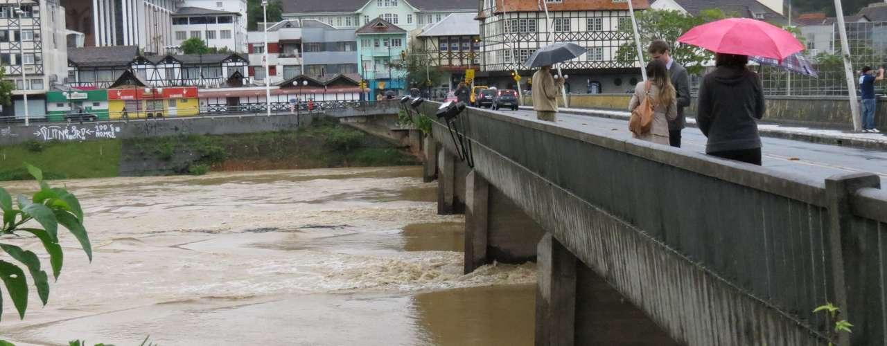 23 de setembro -O risco de novas enchentes e os danos causados pelas chuvasfez com que as aulas fossem suspensas nesta segunda-feiraem 52municípios da região do Vale do Itajaí, em Santa Catarina