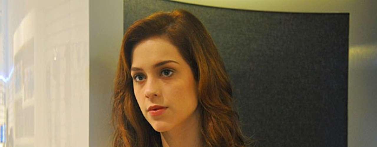 Natasha (Sophia Abrahão) será vista em um shopping no Brasil