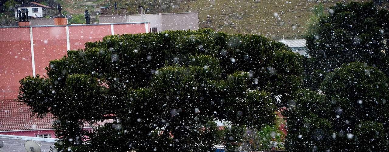 24 de setembro - Nevou na cidade catarinense de São Joaquim nesta terça-feira. De acordo com a Climatempo, a tempera mínima para a cidade hoje é de 3 °C