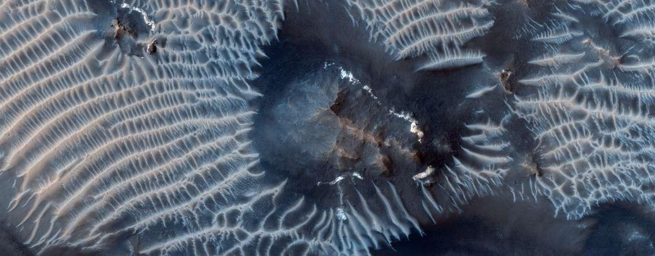 24 de setembro - A agência espacial americana (Nasa) divulgou imagem feita pela sonda Mars Reconnaissance Orbiter em que aparecem cânions do solo marciano, em uma região vulcânica conhecida como Labirinto da Noite. O registro foi feito no dia 31 de agosto e também detalha dunas escuras formadas por ferro