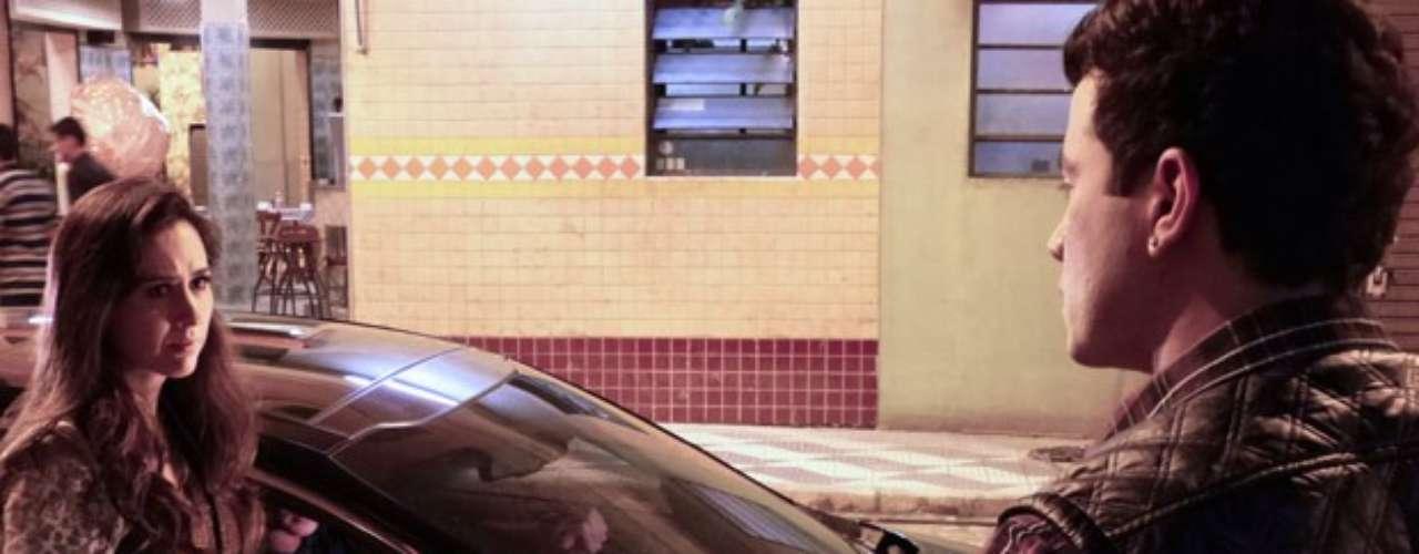 Após prometer que terminaria com o médico, Valdirene (Tatá Werneck) vai a churrascaria com Vanderlei (Marcelo Argenta) e decepciona Carlito (Anderson Di Rizzi)
