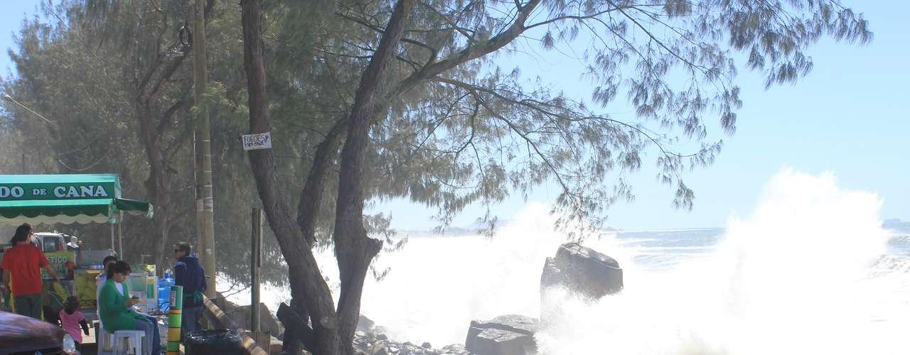26 de setembro - Ressaca provocou ondas de três metros nesta quinta-feira e dificultaescoamento de enchente em Santa Catarina