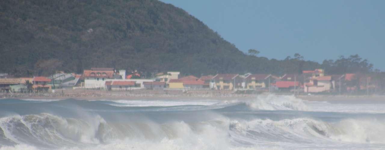 26 de setembro -Ondas provocadas pela ressaca atingiram aPraia da Armação, no sul da Ilha de Santa Catarina