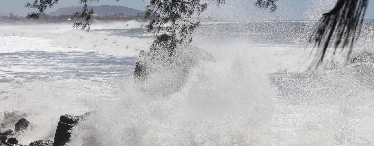 26 de setembro - Muitos surfistas aproveitaram ondas provocadas por ressaca na capital catarinense