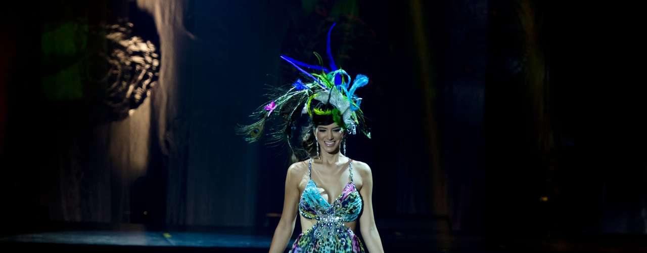 No início desta sexta-feira (27), as 27 candidatas ao título de Miss Brasil 2013 participaram de um momento muito tradicional nos concursos de beleza: o desfile de trajes típicos. O evento aconteceu no Minas Centro, em Belo Horizonte, e contou com as torcidas de cada estado. Na foto, Miss Acre