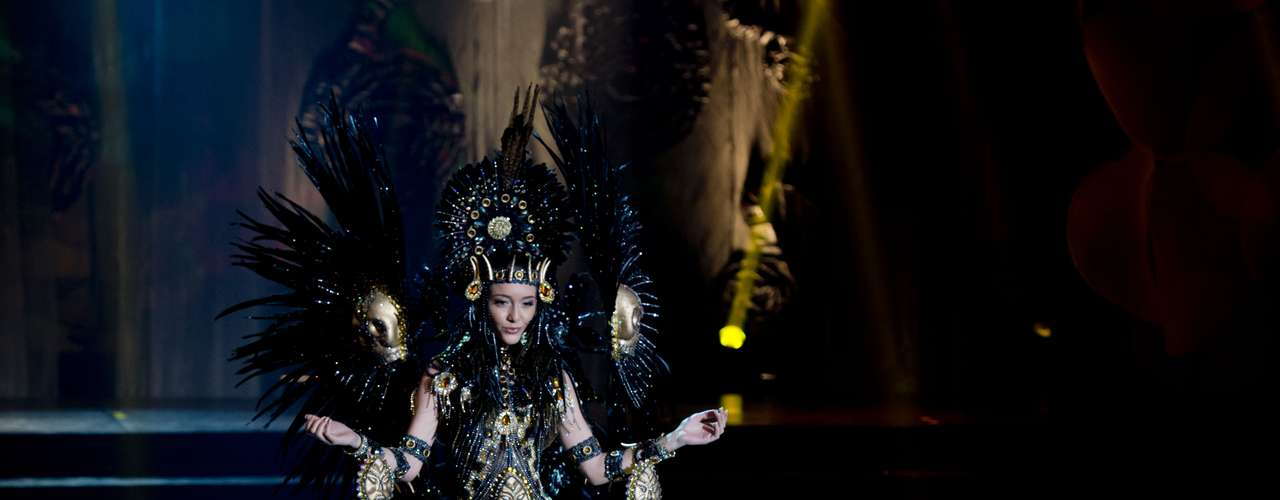 No início desta sexta-feira (27), as 27 candidatas ao título de Miss Brasil 2013 participaram de um momento muito tradicional nos concursos de beleza: o desfile de trajes típicos. O evento aconteceu no Minas Centro, em Belo Horizonte, e contou com as torcidas de cada estado. Na foto, Miss Alagoas