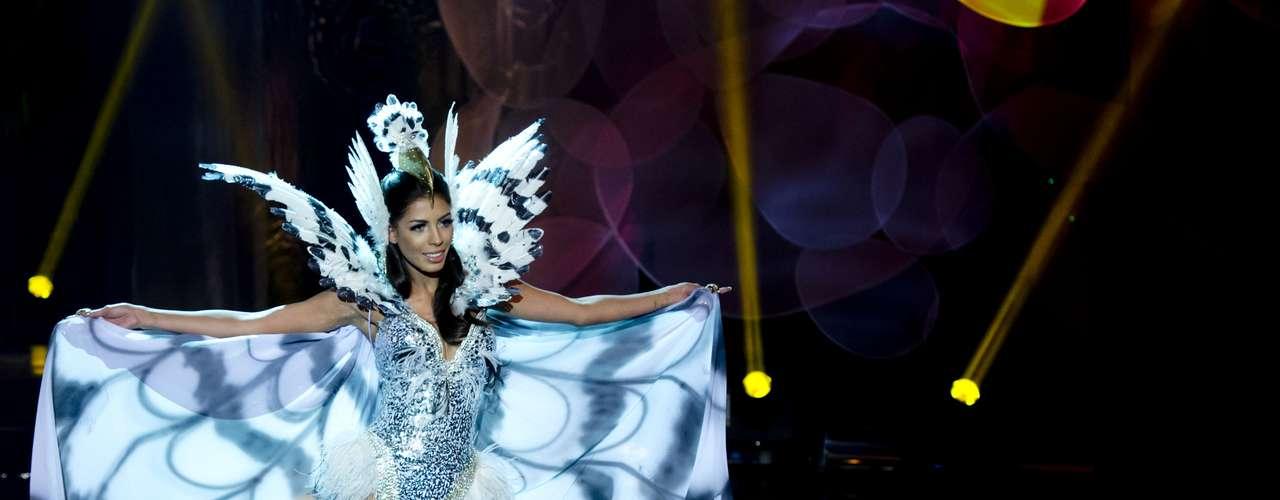 No início desta sexta-feira (27), as 27 candidatas ao título de Miss Brasil 2013 participaram de um momento muito tradicional nos concursos de beleza: o desfile de trajes típicos. O evento aconteceu no Minas Centro, em Belo Horizonte, e contou com as torcidas de cada estado. Na foto, miss Distrito Federal