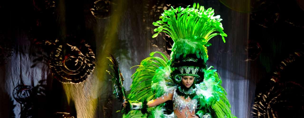 No início desta sexta-feira (27), as 27 candidatas ao título de Miss Brasil 2013 participaram de um momento muito tradicional nos concursos de beleza: o desfile de trajes típicos. O evento aconteceu no Minas Centro, em Belo Horizonte, e contou com as torcidas de cada estado. Na foto, Miss Espírito Santo